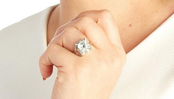 Британский ювелир создал для ревнивых «кольца верности» с GPS